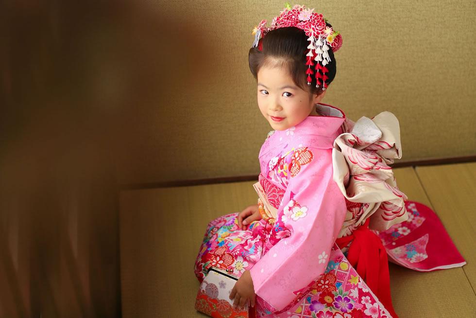 七五三七歳7才着物帯髪飾り袖和衣裳和室ピンク正座