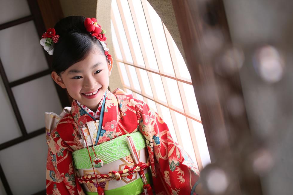 七五三七歳7才着物帯髪飾り袖和衣裳赤キラキラ円日本髪アップ