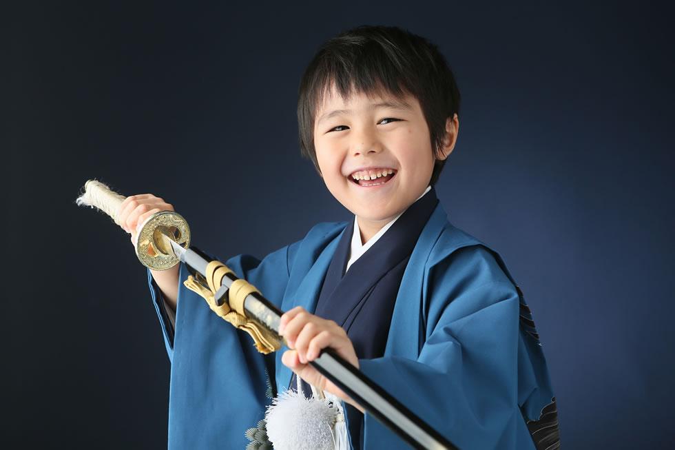 七五三男5歳5才和室紺色羽織袴畳イケメンかっこいい髪形刀